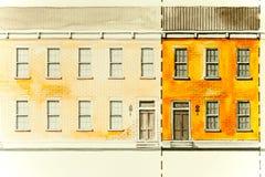 Architekturskizzenzeichnung des orange Aufzugs der Blockwohnung mit Dächern, Fenstern, Eingangstüren und Ziegelsteinbeschaffenhei Lizenzfreies Stockfoto