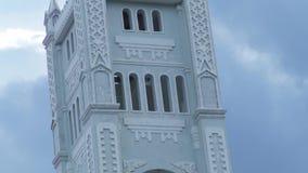Architektury basztowa katolicka katedra z religijnym krzyżem na wierzchołku Basztowy kościół katolicki z krzyżem na tle chmurnym zdjęcie wideo