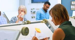 Architektury pracuje przy brulionowość stołem 4k zbiory