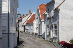 Architektury tło ulica z białymi drewnianymi domami w starym centre Stavanger, Norwegia - fotografia royalty free