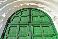 Architektury tekstury tło Rocznika drewniany jaskrawy - zielony drzwi z kruszcowymi nitami Fotografia Stock
