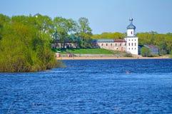 Architektury wiosny wiejski krajobraz - Yuriev męski monaster na Volkhov rzece w Veliky Novgorod, Rosja Fotografia Stock
