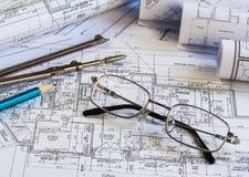 Architekturzeichenpapierrollen einer Wohnung für Bau lizenzfreie stockfotos