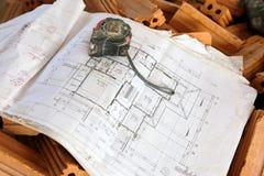 Architekturzeichnungen mit Bleistift, Machthaber und Patronenmetern Stockbilder