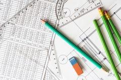 Architekturzeichnungen, viele Bleistifte auf dem Tisch mit Radiergummi Stockbild