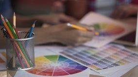 Architetti arredatori che esaminano spettro di colori e che scelgono tonalità appropriata video d archivio