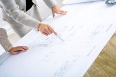 Architetti che progettano sulla cianografia fotografia stock libera da diritti