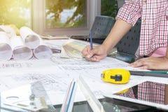 Architetti di concetto indicare della penna di tenuta dell'ingegnere immagini stock libere da diritti