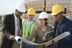 Architetti e lavoratori nella discussione al sito Fotografie Stock