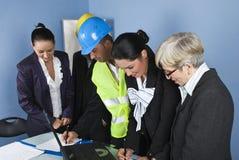 Architetti ed assistenti tecnici in ufficio Immagini Stock