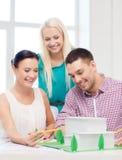 Architetti sorridenti che lavorano nell'ufficio Immagini Stock