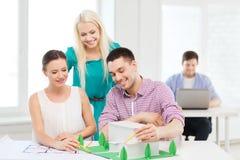 Architetti sorridenti che lavorano nell'ufficio Immagine Stock