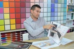 Architetto arredatore che mostra schizzo dell'illustrazione del cliente fotografie stock libere da diritti