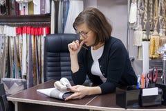 Architetto arredatore della donna, impianti con i campioni dei tessuti fotografia stock libera da diritti