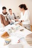 Architetto arredatore femminile con due clienti Immagini Stock Libere da Diritti