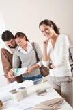 Architetto arredatore femminile con due clienti immagini stock