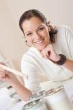 Architetto arredatore femminile con le latte di vernice Fotografia Stock