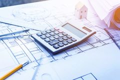 Architetto che lavora con il calcolatore sulla carta di progettazione di piano Immagini Stock