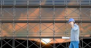 Architetto che telefona davanti all'armatura 3D Immagini Stock