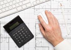 Architetto che usando il topo del computer sul piano architettonico della costruzione di casa del modello con la tastiera di comp fotografie stock libere da diritti