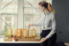 Architetto con edificio residenziale di modello Fotografie Stock Libere da Diritti