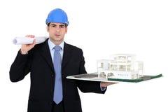 Architetto con un modello 3d Immagini Stock Libere da Diritti