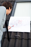 Architetto del giovane che presenta un progetto Fotografia Stock