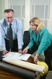 Architetto e cliente che esaminano le cianografie 6 Fotografia Stock Libera da Diritti