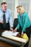 Architetto e cliente che esaminano le cianografie 7 Fotografia Stock