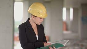 Architetto femminile che esamina i modelli il cantiere stock footage