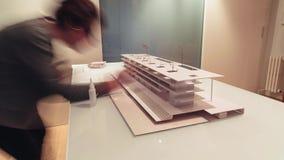 Architetto femminile che lavora al lasso di tempo di modello 4k di architettura video d archivio