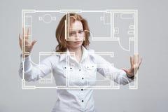 Architetto femminile che lavora con un appartamento virtuale Immagini Stock