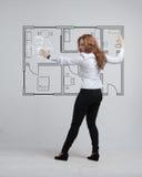 Architetto femminile che lavora con un appartamento virtuale Fotografia Stock Libera da Diritti