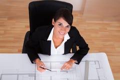 Architetto femminile con la stampa blu Fotografie Stock
