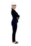 Architetto femminile di affari che posa lateralmente fotografie stock libere da diritti