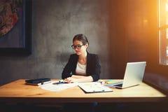 Architetto femminile sicuro attraente in attrezzatura convenzionale gli occhiali Fotografie Stock Libere da Diritti