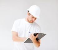 Architetto maschio che esamina modello Fotografia Stock Libera da Diritti