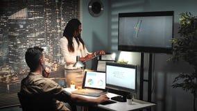 Architetto maschio che lavora nel software 3D che parla con il enginner di progetto del modello della capriata del ponte archivi video