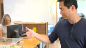 Architetto maschio Walks Through Office da parlare con il collega archivi video