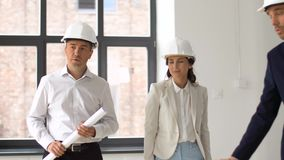 Architetto o agente immobiliare che mostra ufficio ai clienti archivi video