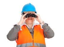 Architetto o assistente tecnico femminile grasso che per mezzo del binocolo Fotografia Stock