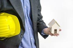 Architetto o ingegnere con il casco giallo, isolato su bianco Immagine Stock