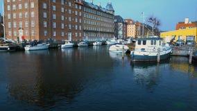 Architettura antica con la bandiera d'ondeggiamento nel porto di Copenhaghen, turismo scandinavo archivi video