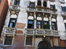 Architettura antica delle pareti di pietra di Venezia, Italia fotografie stock