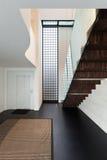 Architettura, bello interno di una villa moderna fotografia stock