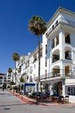 Architettura bianca moderna della palazzina di appartamenti Immagine Stock
