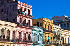 Architettura caraibica di Cuba sul mainstreet a Avana fotografie stock