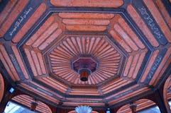 Architettura che costruisce Sarajevo Decorazione del tetto nella vecchia costruzione della fontana fotografie stock
