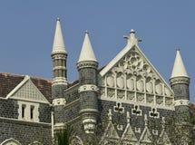 Architettura: Chiuda su di una costruzione con le mattonelle di tetto e della muratura di pietra vicino a Mumbai, India Fotografia Stock