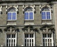 Architettura: Chiuda su di una costruzione con Windows incurvato rotondo vicino a Mumbai, India fotografia stock